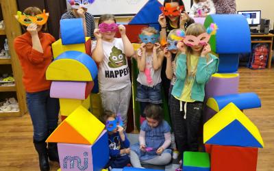 Maski karnawałowe i laurki w feryjnej strefie zabaw